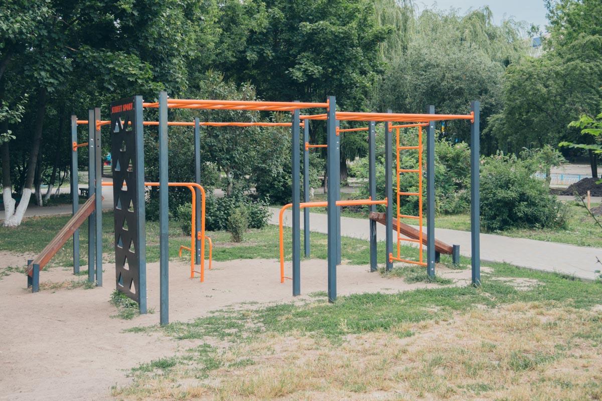 Теперь здесь можно заниматься спортом на новеньких конструкциях