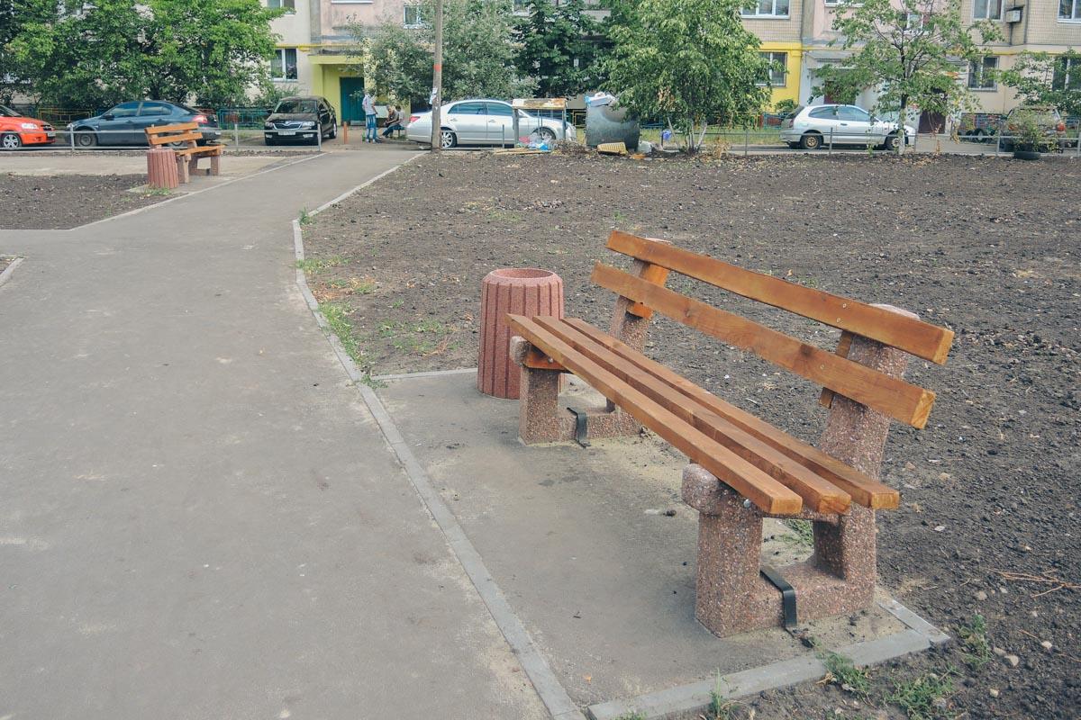 В сквере стоят аккуратные скамейки