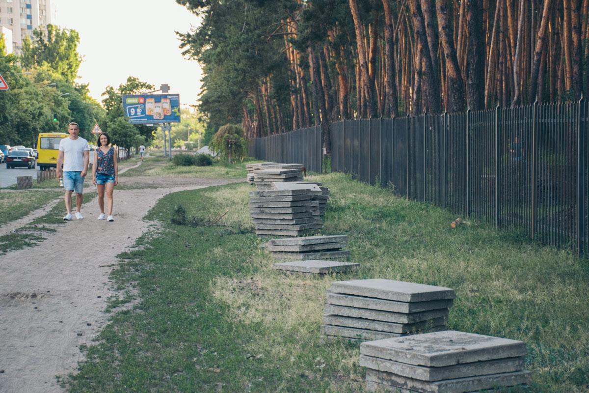 По парку разложены стопки дорожных плит