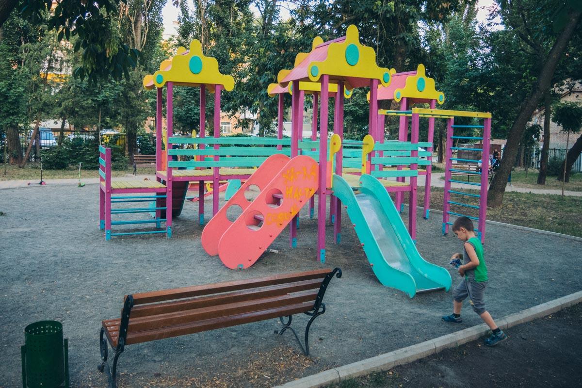 И яркая детская площадка