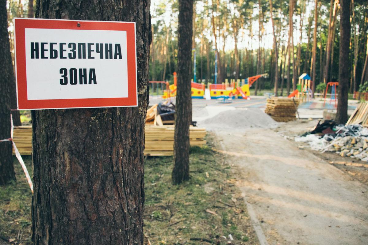 По всей территории висят знаки, предупреждающие об опасностях стройки