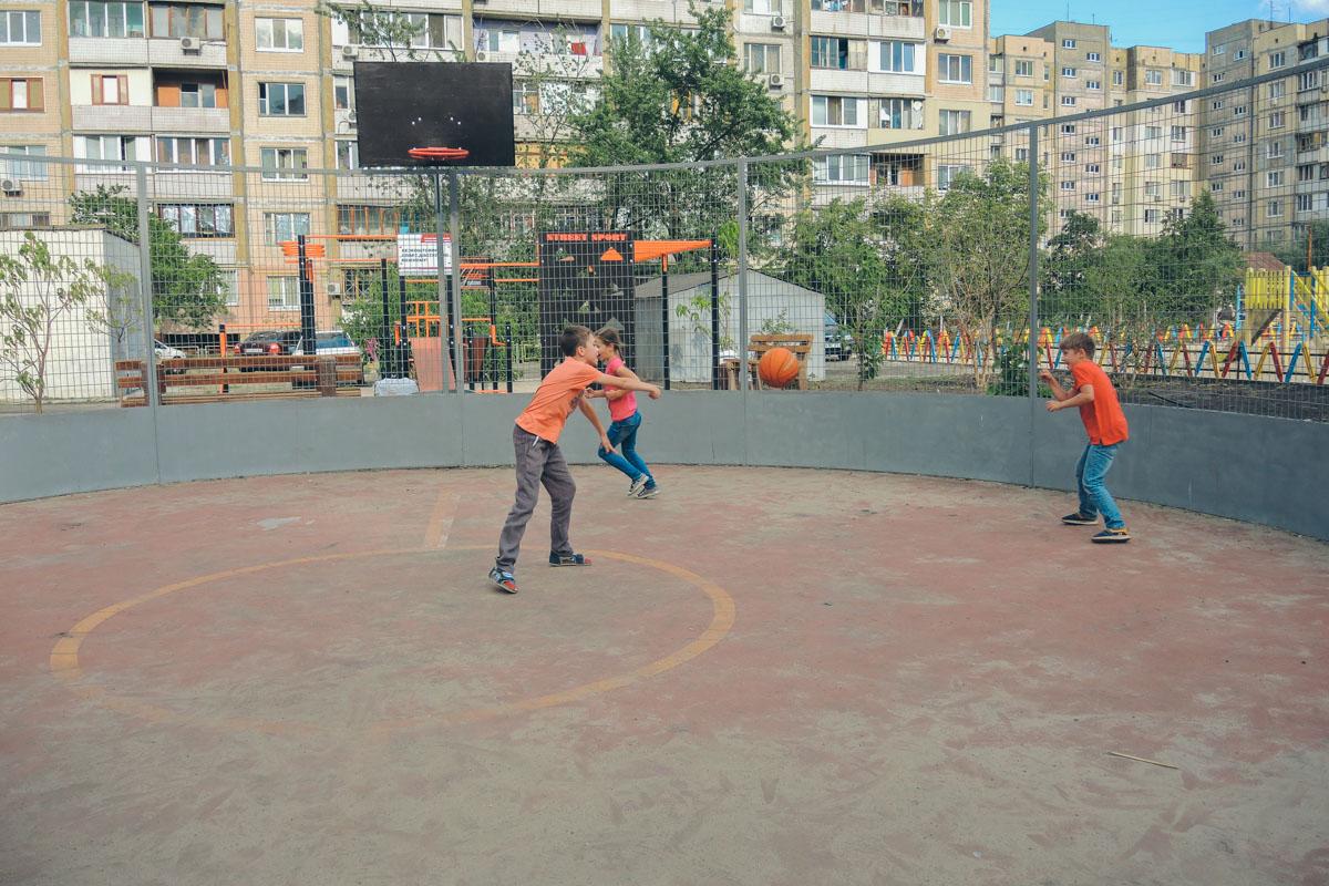 Тут можно поиграть в баскетбол