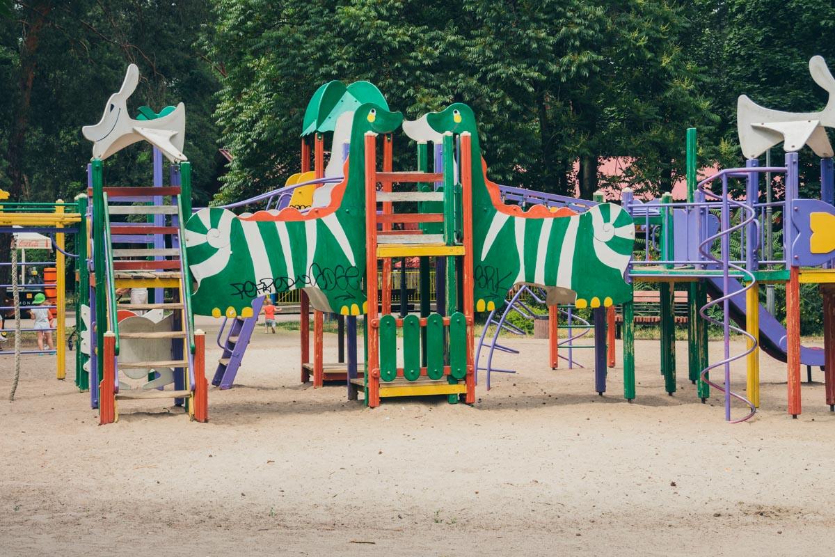 Также оборудованы детские плащадки, на которых уже могут гулять дети