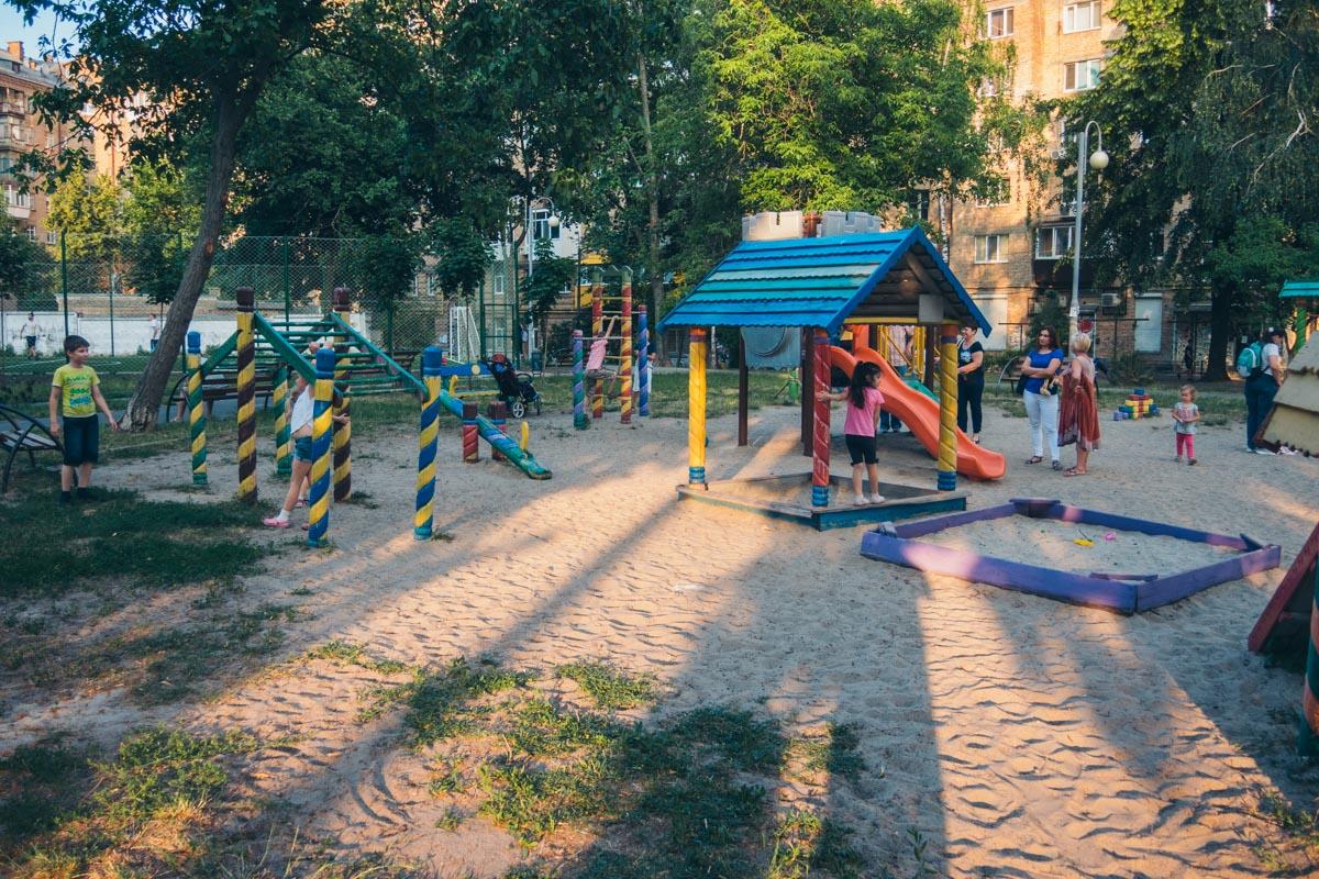 И детская площадка кишит ребятней