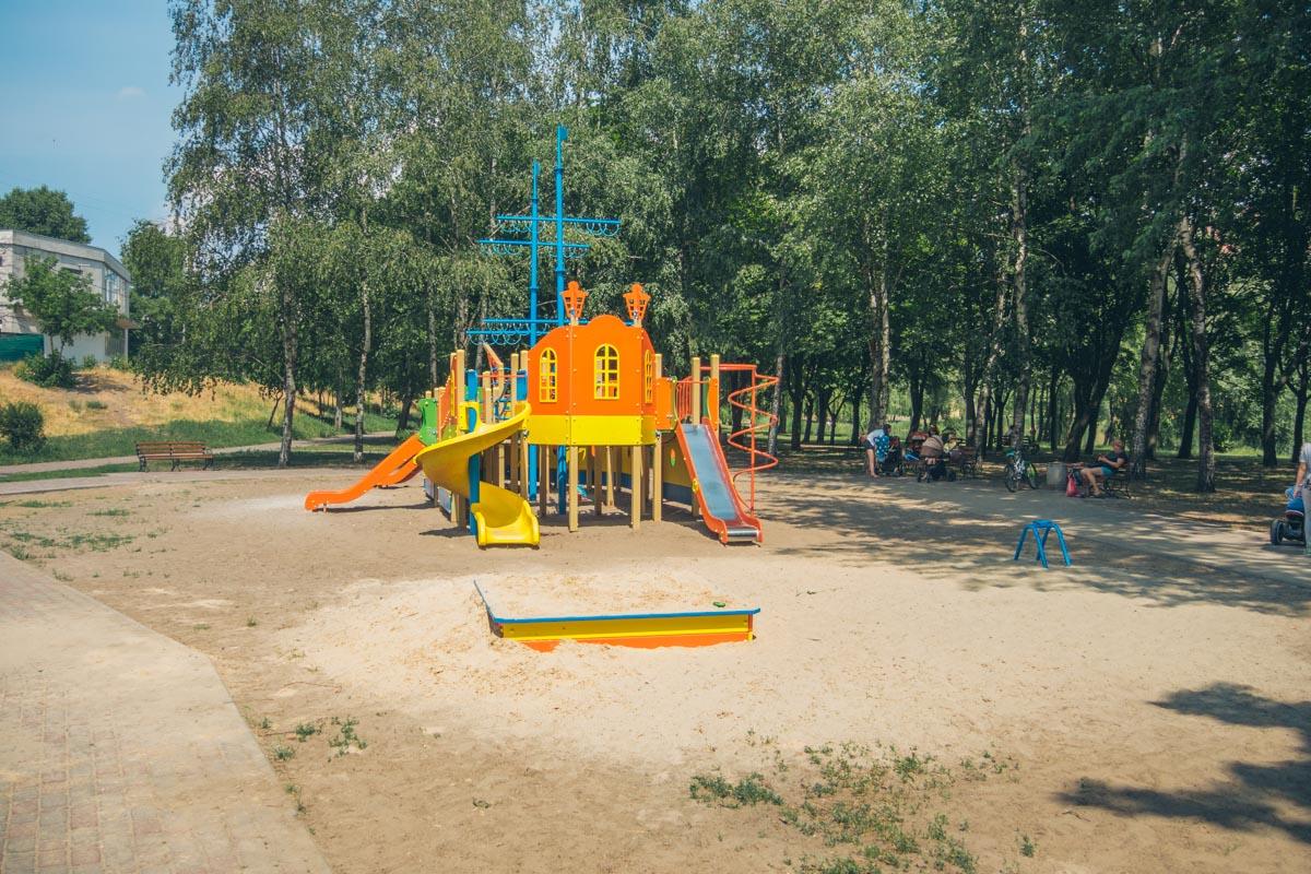 """Детская игровая. Похожая зона для игр расположена и в сквере близ озера """"ЛЕбединое"""", что в Дарницком районе"""