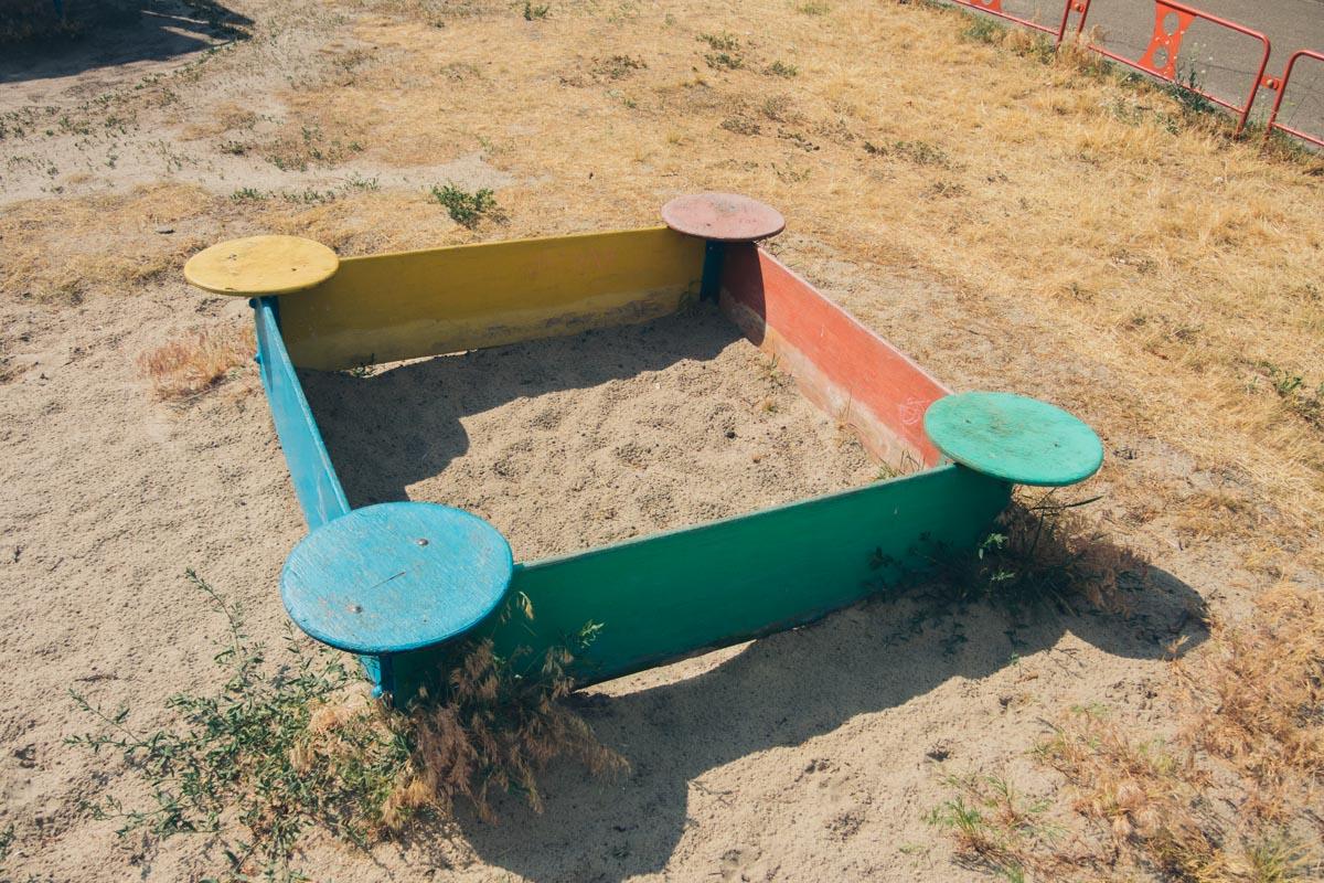 Детская площадка в приличном состоянии, но пока на ней почти ничего не поменялось