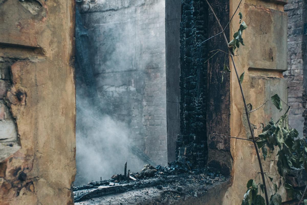 Огонь полностью уничтожил здание
