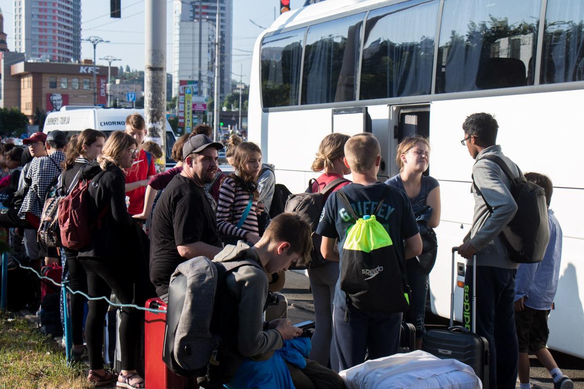 Внутри ехало около 25 юных пассажиров