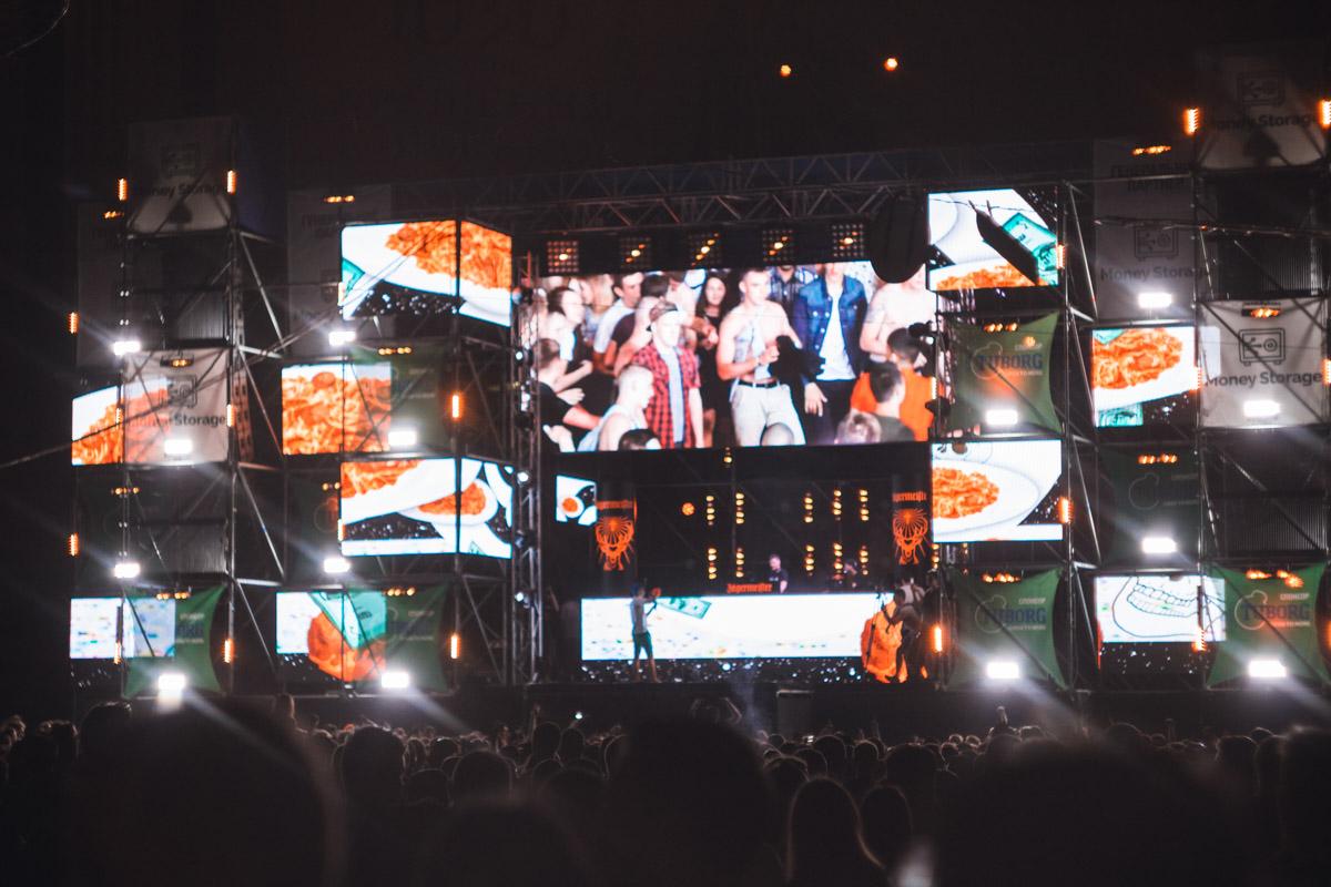 После 23:00 фестиваль переместился в Зеленый театр.