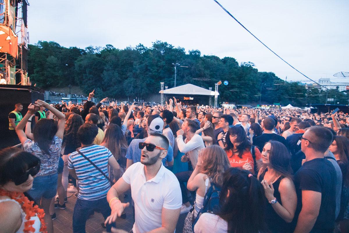 Сотни тусовщиков слились в едином танцевальном ритме