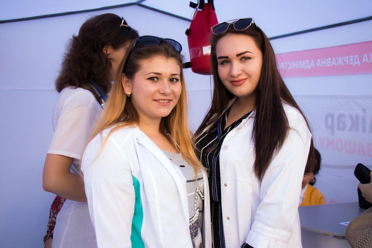 Улыбки и белоснежные халаты - побольше бы таких красивых медиков в Украине