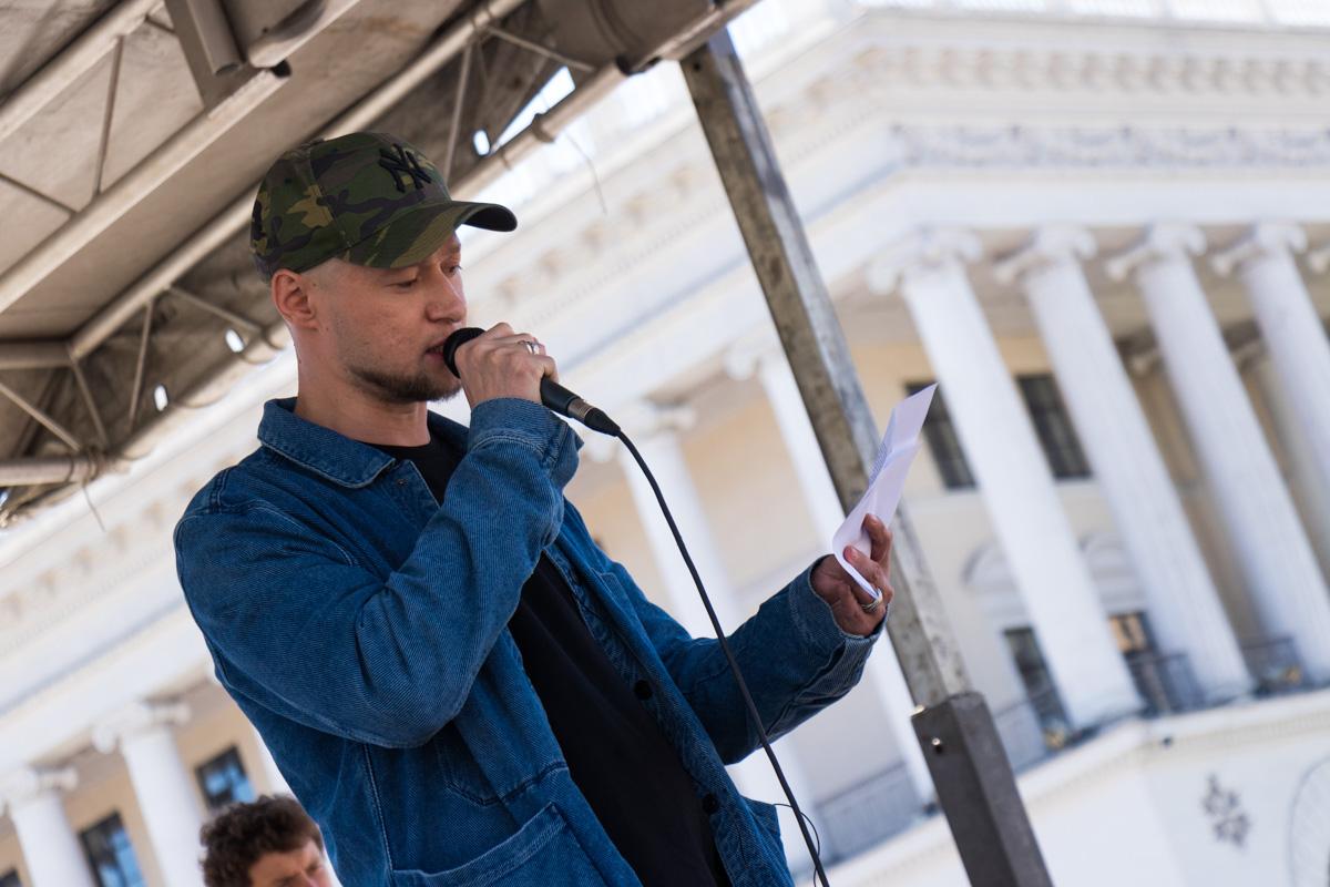 """Лидер группы """"Бумбокс"""" Андрей Хлывнюк прочел со сцены отрывок из произведений Сенцова"""