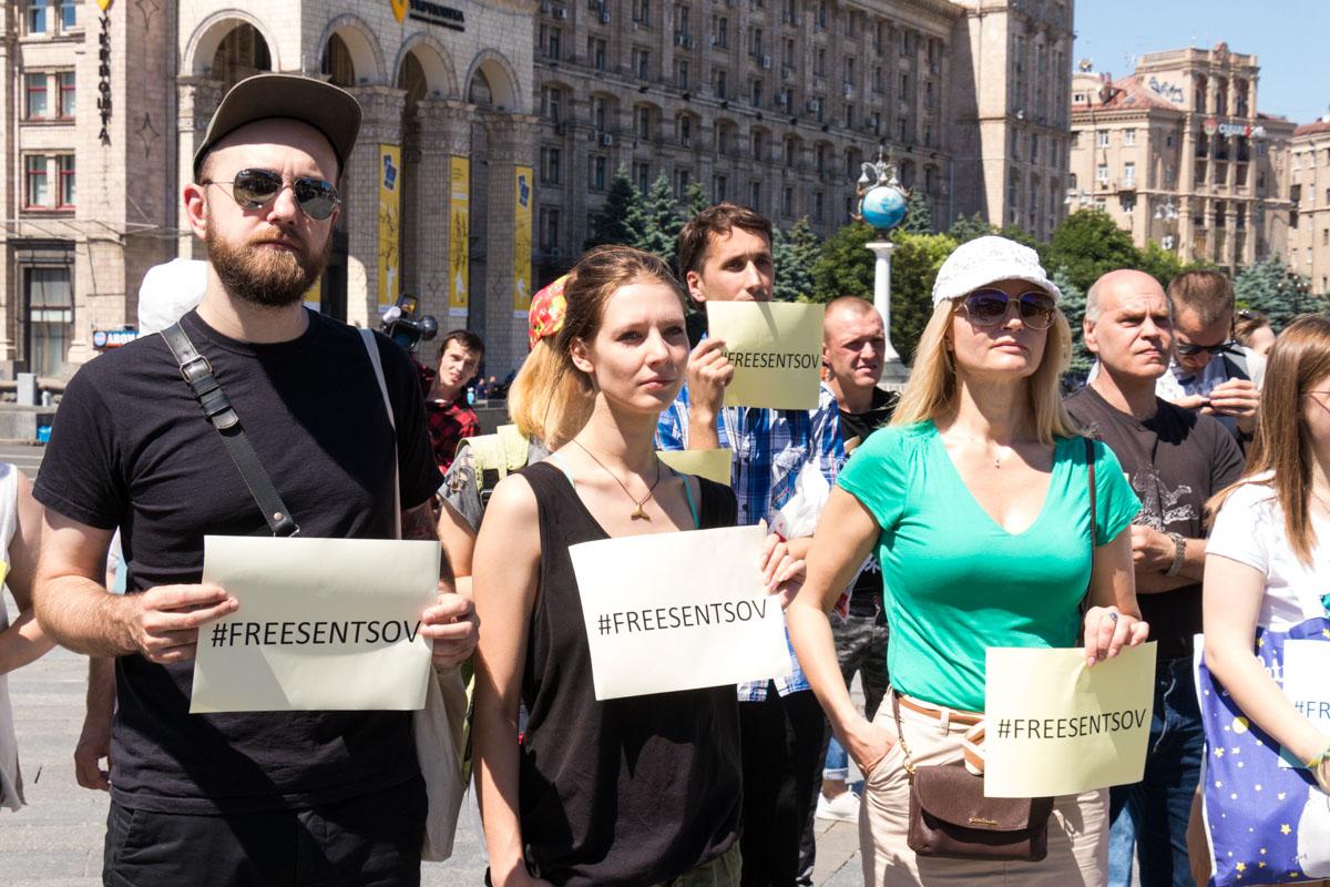По словам организаторов, такие флешмобы сейчас проходят по всему миру