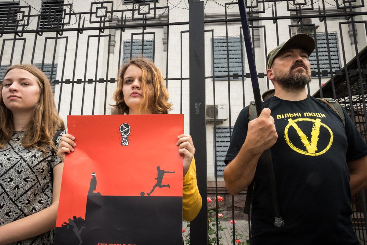 Участники акции пытаются обратить внимание на заключение Сенцова в преддверии ЧМ-2018