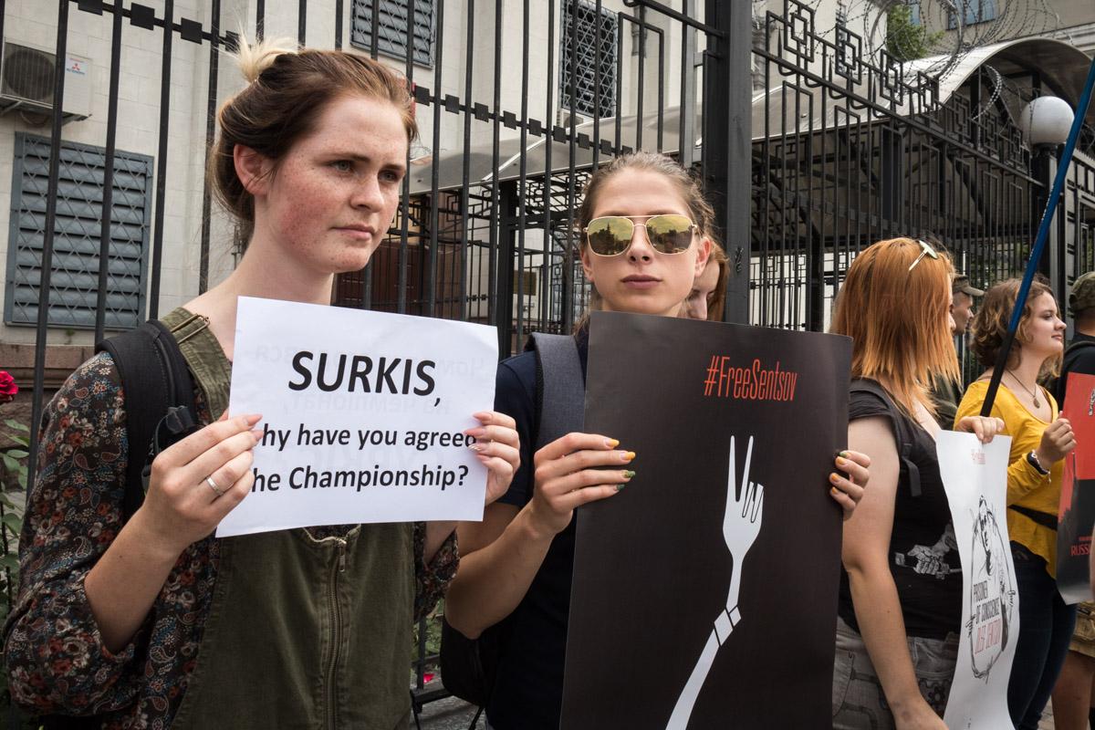 Скрученная вилка на плакате символизирует Сенцова, который уже голодает почти месяц