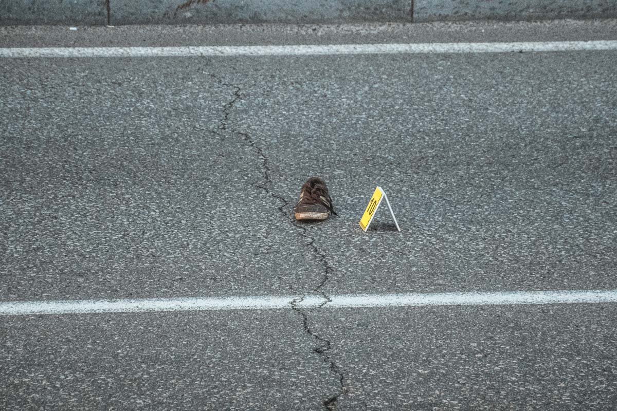 В результате аварии, парень погиб мгновенно, а тело отбросило на середину дороги