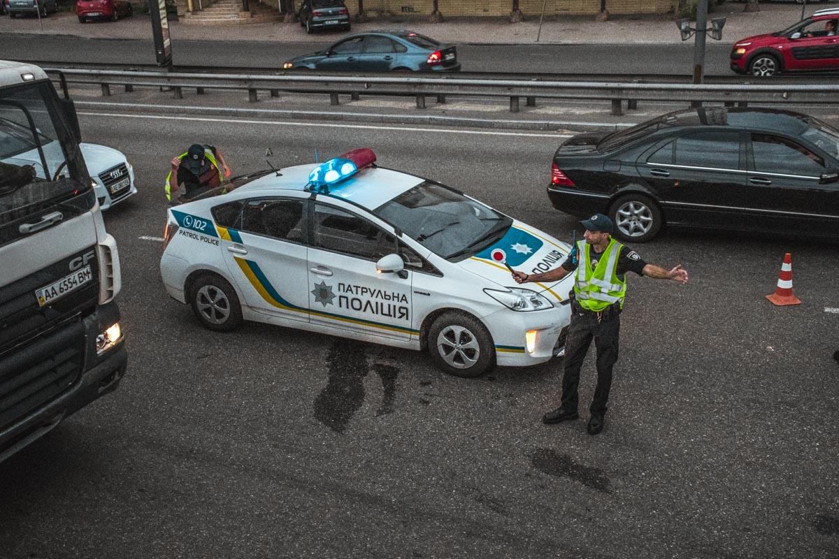 На улице Набережно-Крещатицкая, 13 автомобиль сбил пешехода