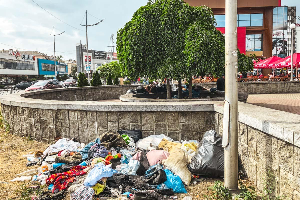 Горы мусора, отходов и сожженные вещи - все это следы незваных гостей столицы.