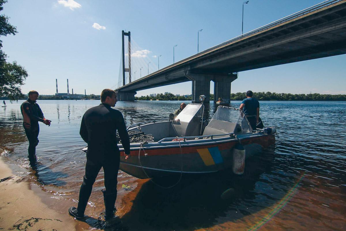 На месте работали 2 катера со спасателями и водолазы