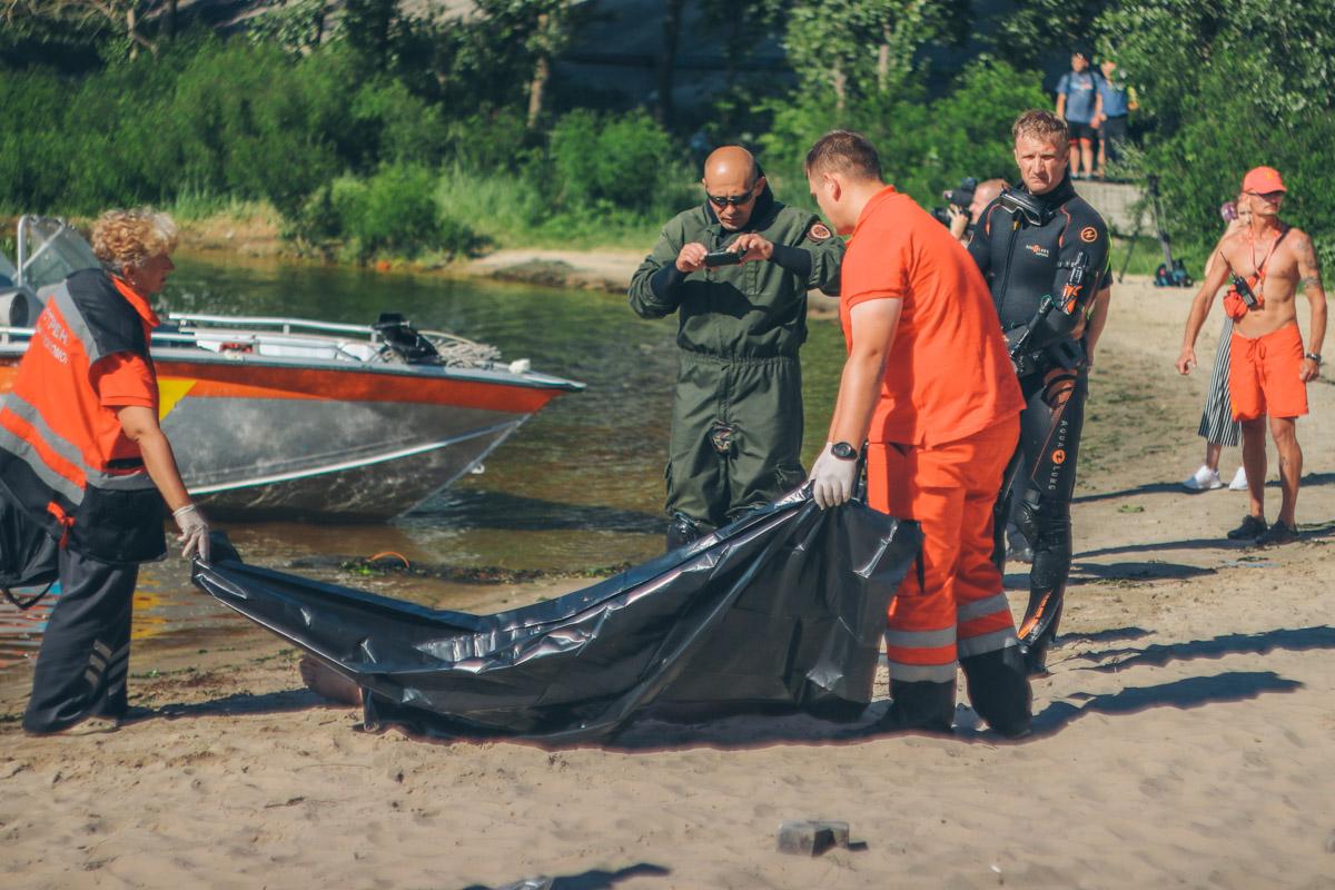 По предварительной информации, 30-летний мужчина решил доказать, что может прыгнуть с моста