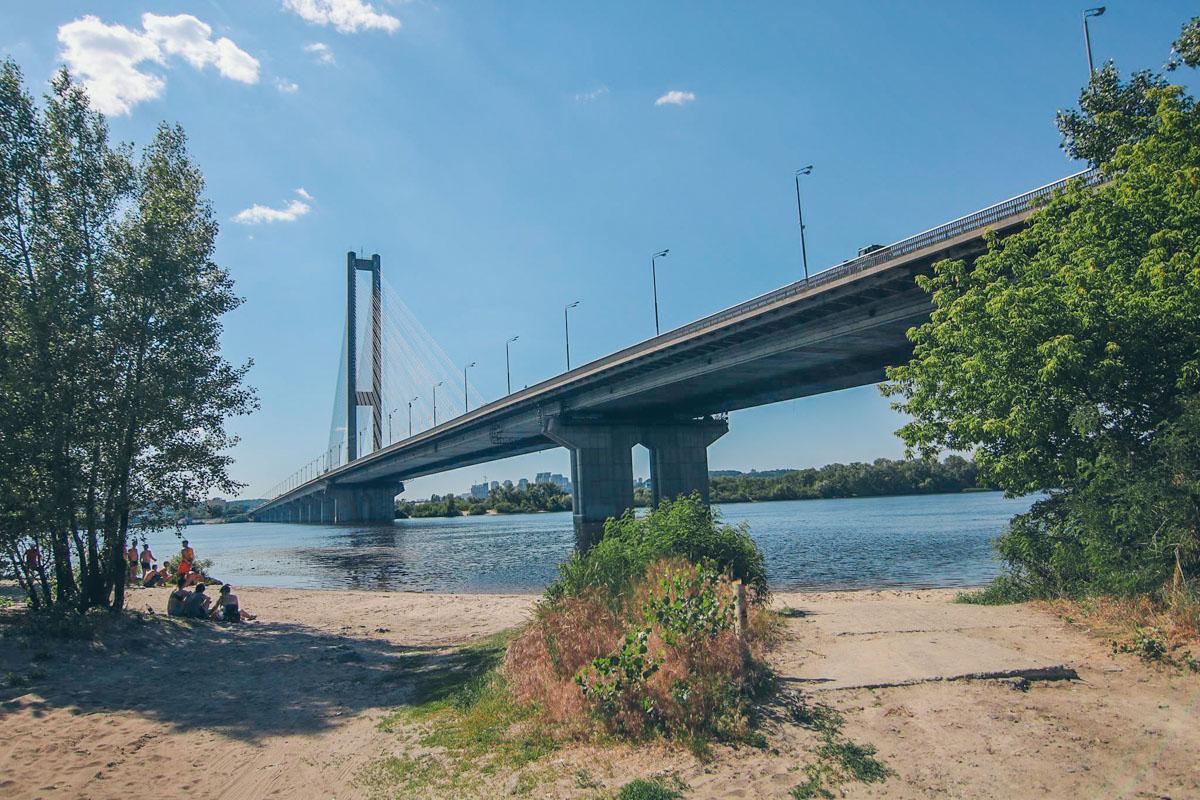 В понедельник, 4 июня, в Киеве с Южного моста прыгнул мужчина