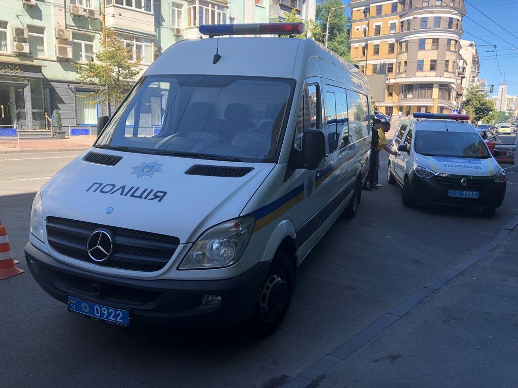 На месте работают взрывотехники, полиция и скорая помощь