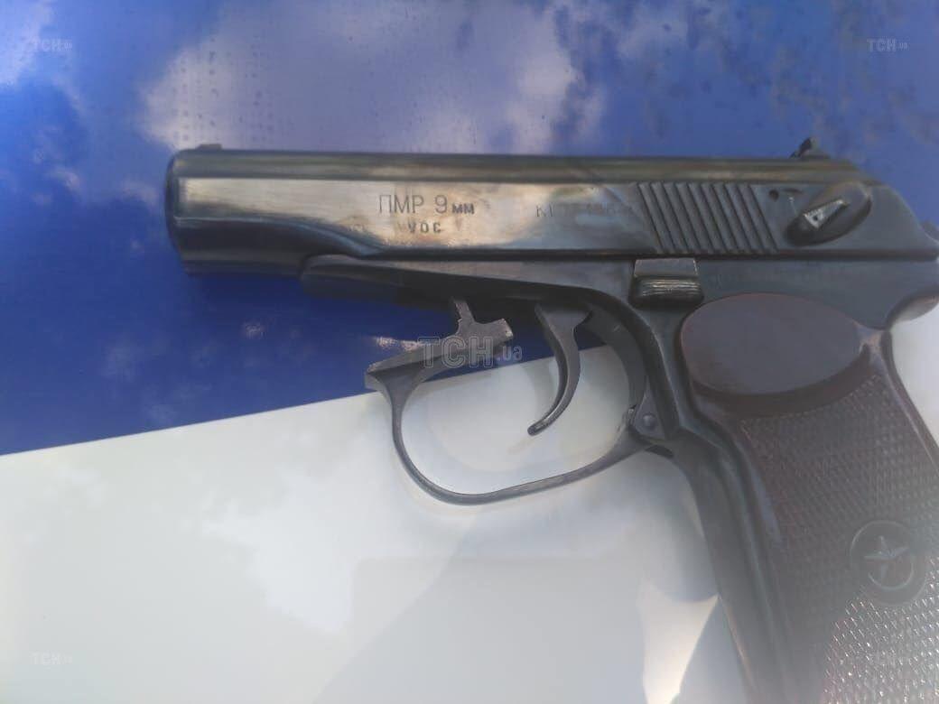 Стрелял он из травматической версии пистолета Макарова. Найденные гильзы доказывают, что онвыстрелов было три