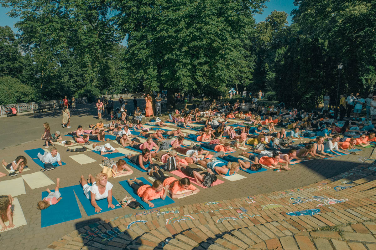 Жаркое солнце не пугает любителей йоги