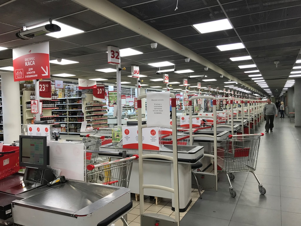 Охрана магазина отказалась комментировать данную ситуацию, сказав, что не пускать никого в супермаркет им приказало руководство