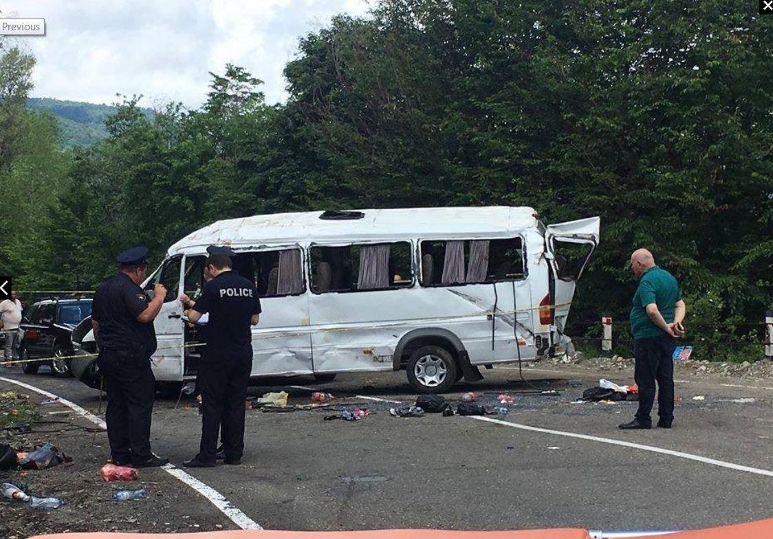 Экскурсионный микроавтобус упал в овраг в Грузии