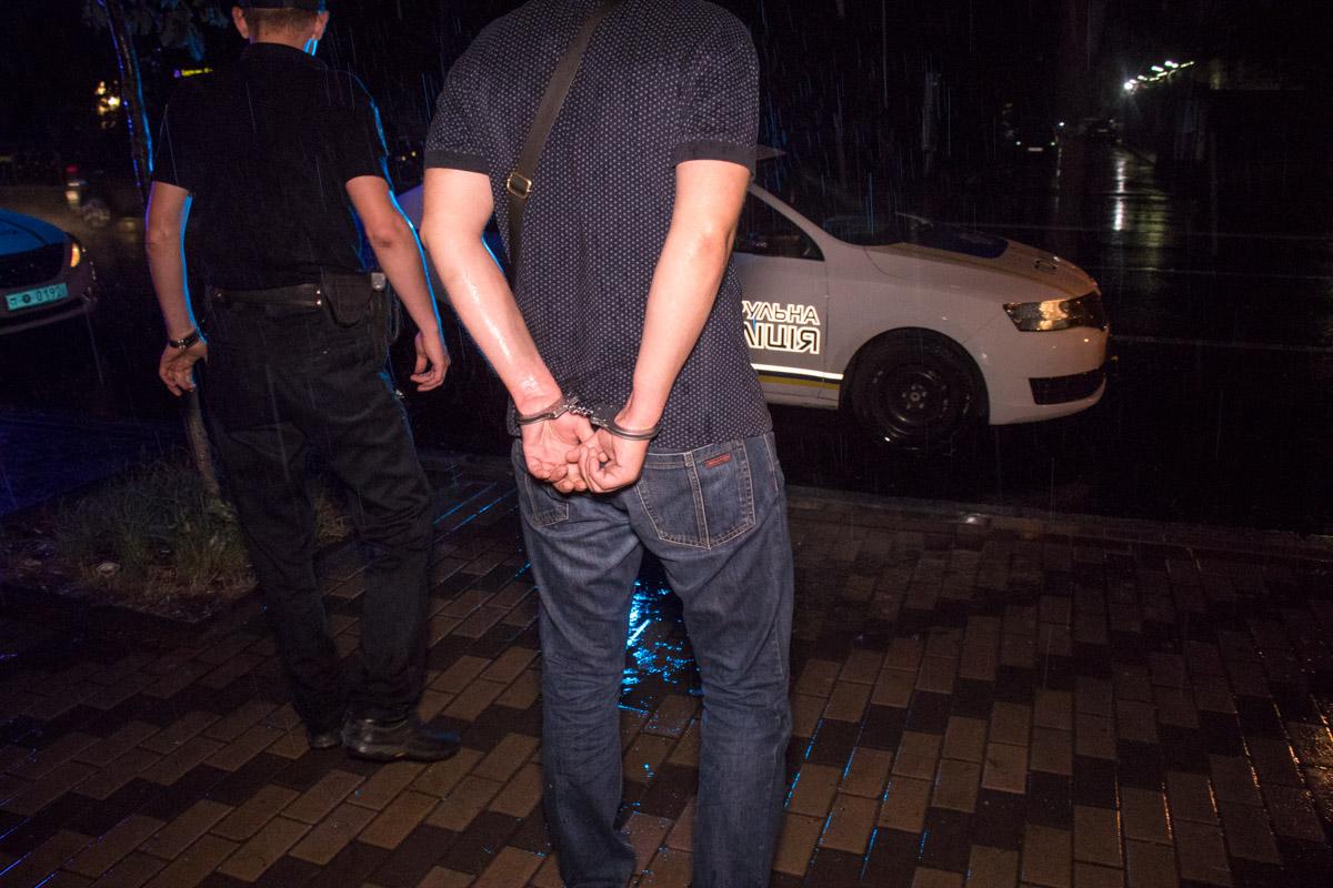 Задержанные мокли под дождем в наручниках