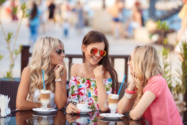 Обсудить все сплетни с подружками за чашкой латте