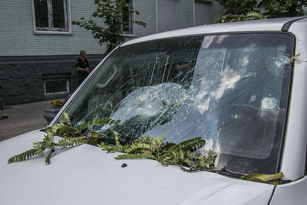 Больше всего пострадал припаркованный MITSUBISHI Pajero с дипломатическими номерами