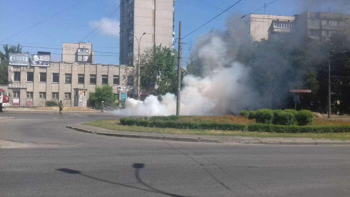 На пересечении улиц Ярослава Ивашкевича и Вышгородской вспыхнуло авто