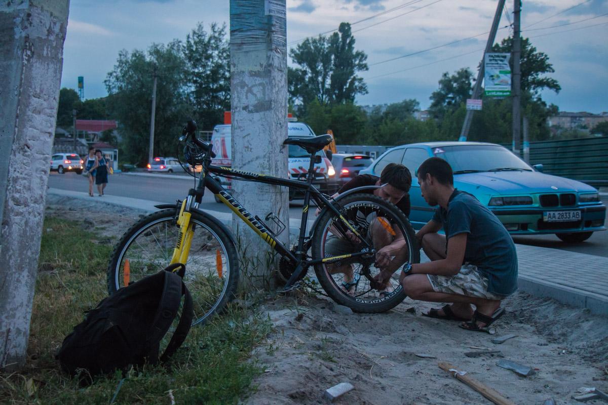 Знакомые велосипедиста рассказали, что у мужчины после ДТП продолжается кровотечение из уха