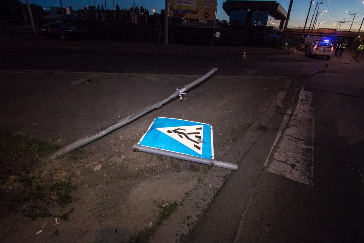 Сперва автомобиль снес столб со знаком пешеходного перехода, потом влетел в бетонный столб