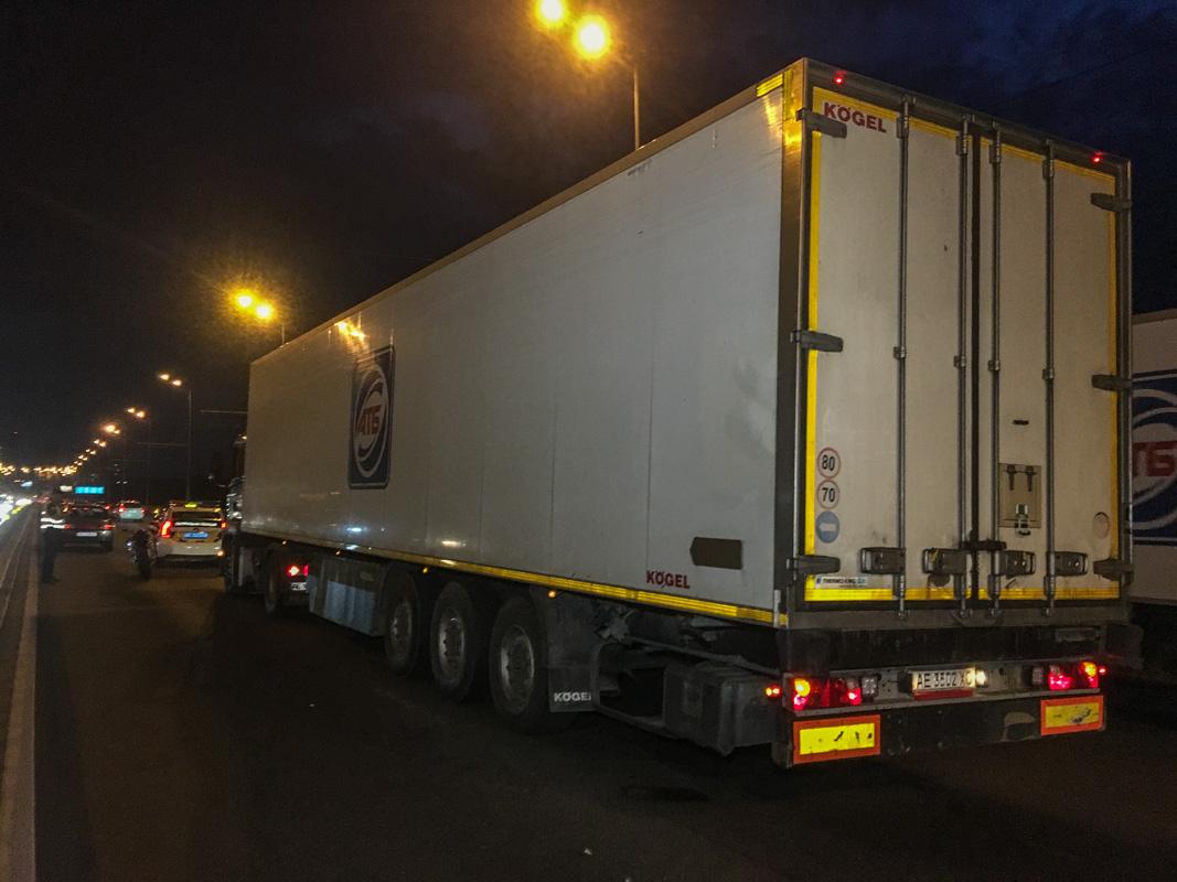 По словам водителя такси Volkswagen Polo, фура ехала по мосту и начала перестраиваться по рядам и притормаживать не указав сигналы поворота