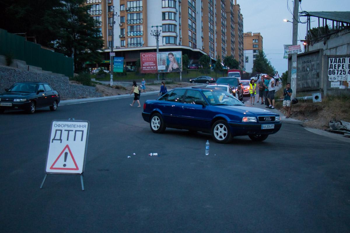 Audi ехал по улице Соборная в сторону центра Петропавловской Борщаговки