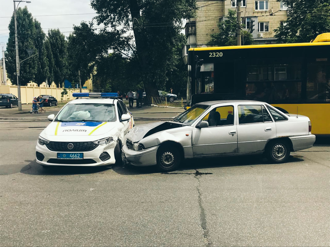 На улице Кирилловской в обе стороны образовалась пробка