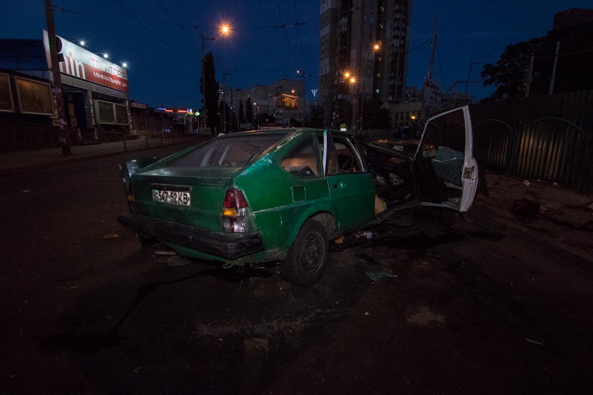 От удара автомобиль разорвало