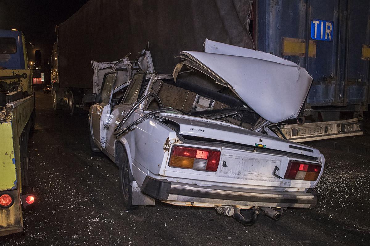 Водитель легкового авто рассказал, что когда ехал, в темноте не заметил стоящий грузовик