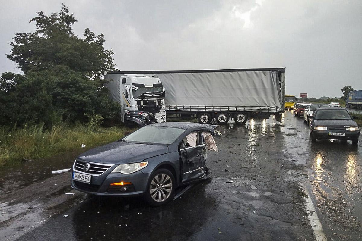 т сильного удара Volkswagen буквально разорвало на две части, а фура сложилась и перекрыла дорогу