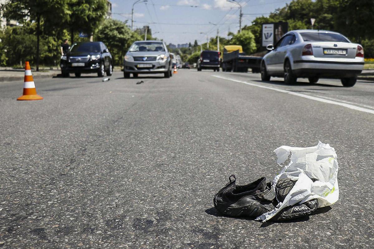 В Киеве на Голосеевском проспекте Geely MK сбил мужчину и женщину