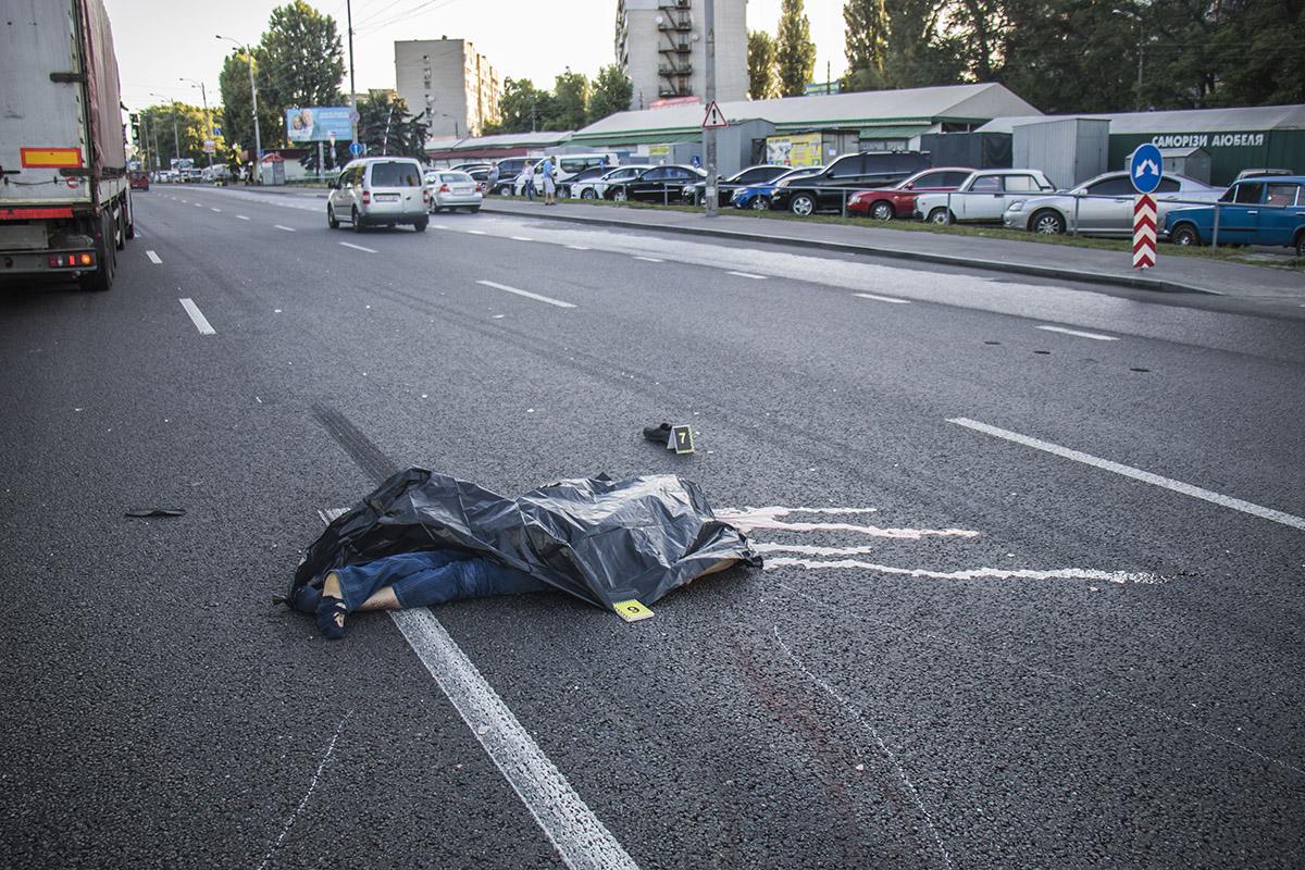 В Киеве на Кольцевой фура насмерть сбила мужчину