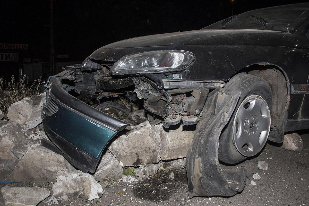 Перед автомобиля сильно разбит