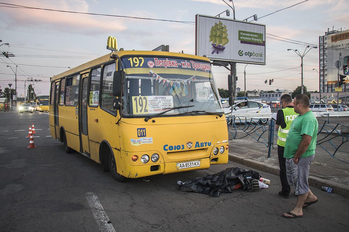 """Возле метро """"Почайна"""" водитель маршрутного такси сбил женщину возле пешеходного перехода"""