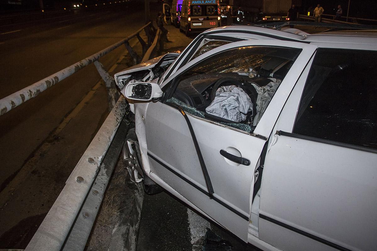 У легковушки сильно разбит перед автомобиля