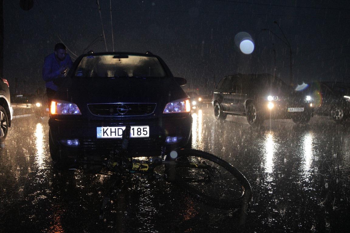 В Киеве на Победы девушка на Opel сбила велосипедиста
