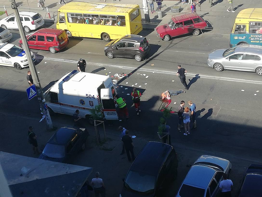 В Киеве на Нивках грузовик сбил мужчину и женщину. Фото очевидца