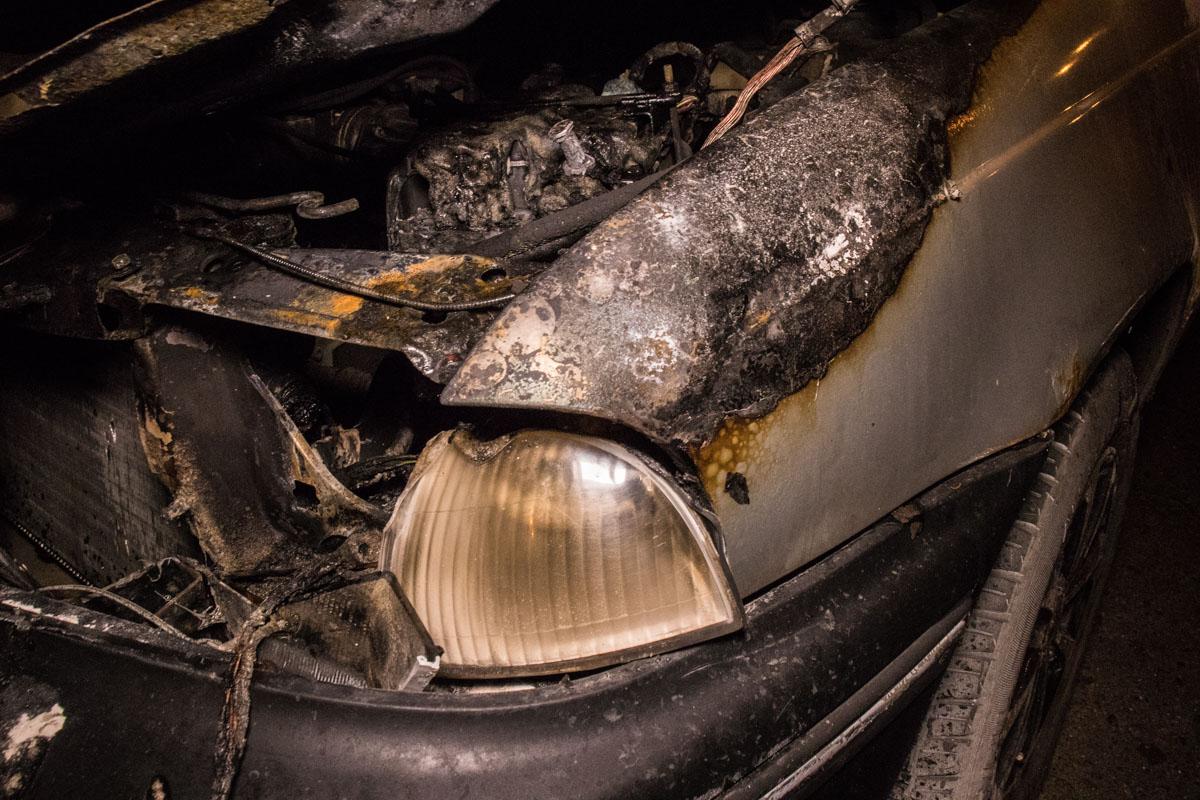 Во время движения машина начала гореть под капотом